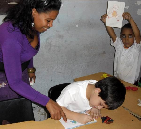 En el aula de prescolar, la Lic. Hilda Madera Martínez