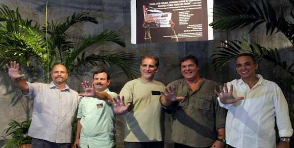 Durante su estancia de dos días en ese país, depositarán una ofrenda en el monumento a Agostinho Neto