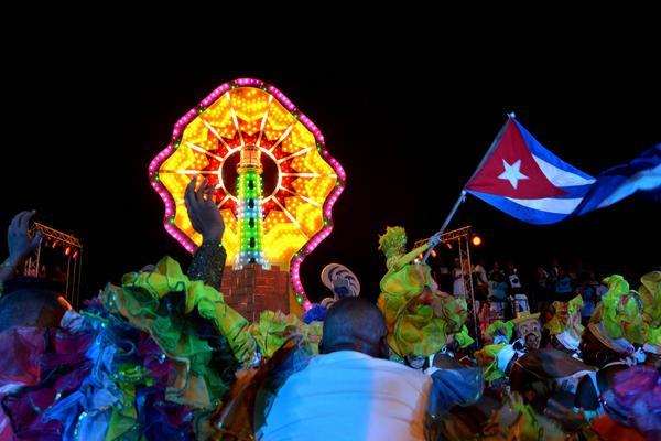 tres bailarinas de carnaval + banderas