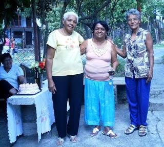 Caridad PIneda (al centro) durante un homenaje en su comunidad