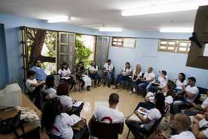 Jóvenes periodistas de todo el país durante los debates en comisiones. II Encuentro Nacional desde el Instituto de Periodismo José Martí. / Foto: Fernando Medina.