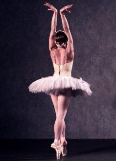 Pour quoi les ballerines dansent sur des pointes?