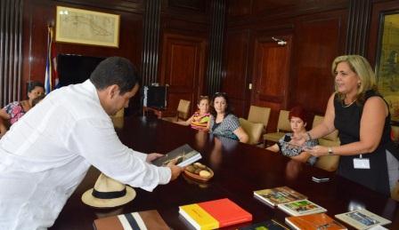 Entrega embajador de Timor-Leste valiosos materiales a Biblioteca Nacional de Cuba